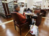 图书馆里的拾荒老人